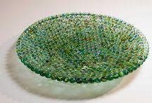 Recycled glass / Unendo l'arte e la coscienza ecologica, ecco nascere il riciclo d'arte. Oggetti creati da scarti di vetro: vecchie finestre, bottiglie, biglie, tutto quel vetro non più utilizzabile che rinasce in nuovi oggetti d'arredo.
