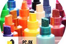 POSCA 8K [8mm] / PC-8K / 8mm / ponta biselada [chanfrada] de acrílico MARCADOR COM TINTA À BASE DE ÁGUA. MULTIUSO Eficaz, graças à sua ponta grossa e biselada, o PC-8K pode simultaneamente cobrir/preencher espaços mais largos e traçar curvas nítidas, dentro de uma gama de cores bastante ampla. Ideal para fazer planos lisos, inscrições tipo Arte Urbana ou marcações, seja no âmbito de uma criação pessoal ou profissional