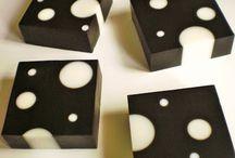 Čierne mydlo s bielymi valčekami