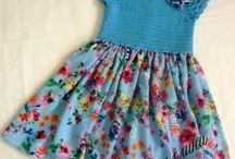 Kinderkleider gehäkelt und genäht
