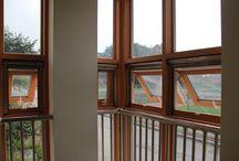 Ventanería PVC / Apropiadas para fachadas modernas, pasillos y terrazas u otras áreas de tráfico ya que no se proyectan de hacia afuera ni hacia adentro.  Sistema de ventana corrediza que ofrece mayores beneficios como el bloqueo de frío y aislamiento del ruido.