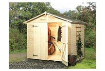Domki narzędziowe / Dzięki przechowywaniu narzędzi w domku narzędziowym mamy pewność, że będą odpowiednio zabezpieczone przed czynnikami atmosferycznymi. Domki są produkowane z drewna, które zostało zaimpregnowane.