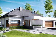 HomeKONCEPT 33 | Projekt domu / HomeKONCEPT-33 to wariant domu HomeKONCEPT-31 w którym zaadoptowaliśmy poddasze, zachowując wszystko to, co czyni ten dom tak wyjątkowym. Od strony elewacji ogrodowej zachwyca taras skryty pod charakterystycznym belkowaniem, a od frontu – subtelnie wydzielone wejście osłonięte pergolą. Zestawienie betonowych płyt elewacyjnych z drewnem tworzy piękną oprawę domu. Duże przeszklenia w salonie oraz podłużne okno w jadalni gwarantują odpowiednie doświetlenie całej części dziennej.