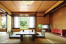 Japanese Ryokan Room / 山水閣は昭和初期に建てられた古い木造建築です。 良しも悪きも紙一重で持ち合わせております。 木枠の窓から少しすきま風があったり、 鴨居は堂々と低い所にあったり、階段が申し訳なさそうに軋みを奏でたりもしています。 これらを風情と捉えていただけると、とてもありがたく、嬉しく思います。