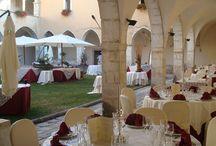 location / Antico Convento francescano con bellissimo chiostro. All'interno caratteristico Ristorante. Luogo ideale per allestimento banchetti nuziali e ricevimenti.