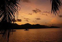 Nieskazitelne Seszele / Seszele- to 115 rajskich wysp, gdzie morze jest bardziej turkusowe, piasek bielszy oraz owoce bardziej słodkie niż gdziekolwiek indziej. Te unikalne miejsca na Ziemi błyszczą pośród wód Oceanu Indyjskiego, stanowiąc najwspanialszy skarb.