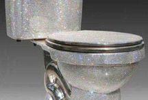 Bagni di diamanti / Può un water costare 100.000 euro? Sì, se è completamente ornato con diamanti e cristalli Swarovsky. Il water è stato realizzato da una azienda giapponese, la Inax, in collaborazione con alcuni gioiellieri austriaci. Per il momento si trova esposto in uno showroom dell'azienda e non è in vendita. Ma di sicuro nel mondo c'è qualche ricco che potrebbe permetterselo.