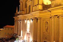 Festival de Musique de Menton / Perché au dessus de la mer, dominé par la façade et le clocher d'une merveille d'église baroque, protégé par le glaive séculaire de la statue de Saint Michel et recouvert par le ciel étoilé, le festival accueille depuis plus de soixante ans les plus grands artistes classiques du monde.