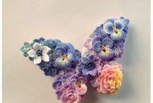 Con flores tejidas