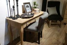 Konsole / Konsole to uniwersalne meble do salonu, sypialni czy przedpokoju. Konsole mogą zarówno pełnić funkcję toaletki, jak i sekretarzyka.