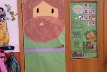 Puertas escuela / Los reyes magos y papá Noel para ser los primeros están bastante bien