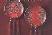 """Aliona Carpov / Livre """"La peinture sur poterie"""" Les Editions de Saxe (14 décembre 2012) Dans ce livre j'ai  créer une collection de motifs inspirés à la fois de ma culture slave et des couleurs marocaines. Vous découvrirez dans ce livre comment peindre sur poterie avec une méthode simple au pochoir et quelques cernes relief. Des idées pour laisser libre cours à votre imagination !"""