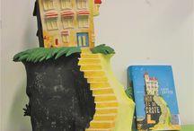 """Hotel de grote L / Keramiek beeld ( 56 cm. hoog x 30 cm. breed x 42 cm. diep), afgewerkt met acrylverf. Naar aanleiding van  de illustratie op de boekomslag van het tienerboek """"Hotel de grote L"""" van schrijver Sjoerd Kuyper en illustrator Marc Suvaal."""