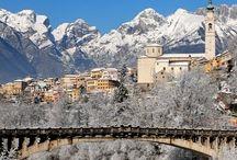 Belluno (Italië) / Belluno is de hoofdstad van de gelijknamige provincie Belluno in de regio Veneto (Italië). De stad ligt op een verhoging boven het punt waar het beekje Ardo en de rivier Piave samenstromen in het zuidelijkste deel van de Dolomieten. De stad heeft een historisch centrum met enkele in Venetiaanse stijl gebouwde paleizen. Belluno is ruim opgezet en telt enkele parken en flinke pleinen.