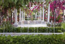 Jardines Salón Azahar / Su patio, con influencias mozárabes y romanas, y sus jardines repletos de flores, plantas y arboleda, combinados con fuentes y alféizares crean un espacio idílico y romántico. Capacidad 600 personas. Parking privado para 200 vehículos.