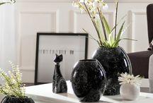 Schwarzweiß / Wie kann Eleganz und Stil in den eigenen vier Wänden Einzug halten? Mit einem klassischen Farb-Duo, das nie aus der Mode kommt und gleichzeitig absolut in Mode ist: Black & White.