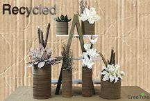 Recygled / Recygled. Zugegeben, ein sehr aussergewöhliches Deko Thema. Vasen aus recycelter Pappe, fertig dekoriert mit Foam Blüten, Fallopia-Ästen, Eisensträuchern . . .