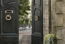 L'hôtel Particulier / Au cœur d'Arles, la porte s'ouvre sur un jardin secret. Rêver au bord de la piscine, dans une chambre ou une des suites de l'Hôtel Particulier .  Sous les grands ifs, le jardin embaume.  www.hotel-particulier.com