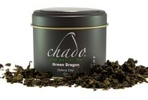 Oolong Çayı / Oolong siyah ve yeşil arası bir renge sahip Çin çayıdır. Oolong Çin'ce bir kelimedir ve siyah ejderha veya siyah yılan anlamına gelmektedir. Söylentilere göre Oolong çayı adını yapraklarına benzeyen ve üstlerine sıcak su döküldüğünde uyanan küçük ejderhalardan almış. Oolong çayı kuruyunca iğneye benzeyen yaprakları vasıtasıyla ayırt edilir. / by Çay Dükkanı