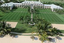 SUGAR BEACH - MAURITIUS / Situato sulla meravigliosa costa ovest di Mauritius lungo la spiaggia di Flic en Flac. Questo hotel di lusso rispecchia lo stile dell'architettura delle piantagioni ricordando un'antica magione coloniale. Immerso in un rigoglioso ed elegante giardino tropicale, spicca la raffinatezza della Manor House che è il corpo centrale dove si trova la reception. Le infrastrutture dell'hotel lo rendono indicato per ogni tipo di clientela, dedicando parte dell'hotel alle coppie e parte alle famiglie.