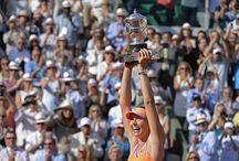 La finale dames: M. Sharapova vs S. Halep / Maria Sharapova s'impose au terme d'une finale marathon de plus de 3 heures de jeu contre Simona Halep.