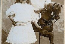 Игрушечный конь-качалка