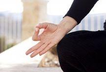 pose des doigts au yoga