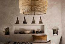 MARRAKECH THE BEAUTIFUL / La maison Marrakech combine avec grâce deux antipodes: mystère et chaleur. Car malgré son atmosphère secrète, c'est un intérieur qui se veut accueillant. Les tons ocres et chaleureux prévalent, avec lesquels on associe les matières primaires et naturelles: le bois, la terre-cuite, la corde... On aime même y mélanger les motifs tradi et contemporains. Et pour corser la touche mystère, on joue sur les parfums d'ambiance qui nous rappellent le charme poétique des riads de Marrakech.