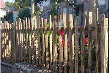 Zulu fakerítések / Rönkkerítés, rusztikus fakerítés, egyedi akácfa ágakból épített kerítés, kapu