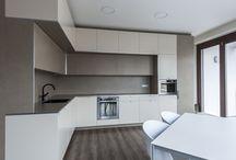 Kuchyň v keramice / Nahlédněte do kuchyně v neotřelém designu. Dominuje v ní nový typ keramického obkladu. Kde všude je?