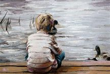 Jongetje op steiger kijkt naar het water
