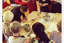 I corsi di cucina / I corsi organizzati da Villa Cicchi sono l'occasione per carpire i segreti della cucina tipica marchigiana, divertendosi e poi assaporando insieme i frutti del proprio lavoro.