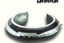 Bracelet marque Laoula / Une collection de bracelets en argent et bois d'ébène.