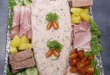 Salade schotels / Opgemaakte, diverse soorten saladeschotels. Voor ieder moment van de dag te gebruiken. Zowel als voor een hapje erbij als maaltijd vervangend met een heerlijk stokbrood.
