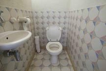 Toiletmetamorfose / Naar aanleiding van een Sanidrõme winactie heeft Sanidrõme deze toiletmetamorfose gerealiseerd. Het toilet is voorzien van een Sphinx Rimfree toilet, zonder spoelrand met soft-close techniek in de zitting. Daarnaast zijn vieze geurtjes in dit toilet verleden tijd door het Geberit DuoFresh inbouwreservoir met geurafzuiging. De witte en antracietkleurige tegels van Mosa maken het geheel af tot een sfeervol, modern en tevens tijdloos toilet.