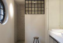 Ideeen badkamer / Hoofdkleur wit-tegellambrisering rondom