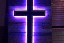 крест в интерьере