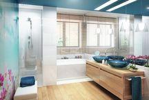 Projekt wnętrza niebiesko-brązowej łazienki - Tissu. / Drewniana podłoga i meble zestawione z białą ceramiką i turkusowymi akcentami oraz kwiatowym detalem.