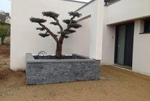 JARDINIERE EN PIERRE / Embellissez votre jardin avec des éléments construits en pierre naturelle : mur, muret, BBQ, fontaine, puits... mais aussi des jardinière