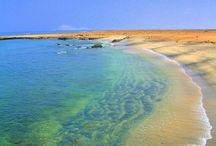 Cabo Verde / Conocido como el Caribe africano, Cabo Verde es un destino paradisíaco con varias playas vírgenes y de arena blanca, donde relajarte bañándote en sus aguas cristalinas haciendo buceo o snorkel.