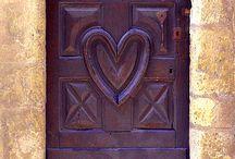 Portes / Pour les couleurs, les textures, les formes et le plaisir que j'ai eu à faire un jour une aquarelle sur une vieille porte de bois pleines de sillons durant mon apprentissage de la peinture à l'aquarelle.