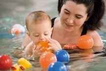 Kardinge ouder en kind zwemmen / Samen met u leert uw kind wennen aan het water. Dat is een goede voorbereiding op de 'echte' zwemlessen die straks gaan komen. De cursus bestaat uit veel spelletjes en liedjes. Gezellig samen genieten in het water.