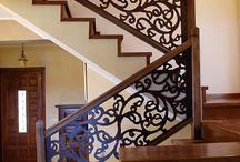 Scara cu mana curenta dreapta din stejar, cu panouri din lemn masiv, stil model floral imbatranite / http://www.scaridinlemn.com.ro