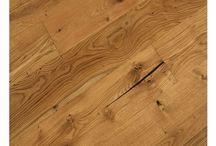 Landhausdielen / Fertigparkett ist eine praktische, optisch sehr schöne und hochwertige Art eines Bodenbelages. Wie bei einem Laminat besteht ein Fertigparkett aus mehreren Schichten. Die oberste Schicht wird auch Nutzschicht oder Deckschicht genannt und besteht aus einer 2 - 4 Millimeter dicken und qualitativ sehr hochwertigen Holzschicht. Diese Schicht bestimmt letztlich das Aussehen des Parkett. Unter der Deckschicht befinden sich eine oder mehrere Trägerplatten. Weitere Landhausdielen bei meinboden365.de