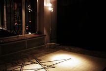 NO DIRECTION / Il progetto No Direction interpreta le eccellenze artigianali dell'azienda Mariantonia Urru, da sempre all'avanguardia nel coniugare manifattura di altissimo livello e design contemporaneo. L'installazione è il dialogo distonico fra una lampada in ottone ed un tappeto in morbida lana: due oggetti lontani, quasi opposti ma complementari a condividere lo stesso nome e la stessa idea generatrice.