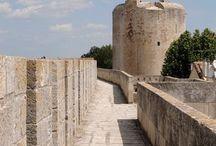Les incontournables à Aigues-Mortes / Nos remparts vous ouvrent leurs portes.... Flânez et découvrez son Histoire à travers les différentes visites proposées.