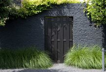 Zwarte muur in tuin