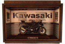 Moto Kawasaki Ninja ZX 10r / Quadro KAWASAHI NINJA ZX 10R - Com caixa em MDF para transporte. Tamanho: 30 cm Largura x 10 cm Profundidade x 20 cm Altura (sem paspatur) Quadro personalizado encerado com carnaúba, moto na escala 1:12. Interior em madeira balsa, criação e impressão digital personalizada para quadros e papel de parede.Vidro frontal removível por canaleta interna.