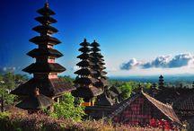 Traumhaftes Bali / Für Reisende gibt es auf Bali neben den weißen Sandstränden viel zu entdecken. Surfer, Backpacker und Urlauber aus aller Welt werden jedes Jahr von den einzigartige Naturlandschaften und zahlreichen Sehenswürdigkeiten der indonesischen Insel in den Bann gezogen. Besuchen Sie Tempel, heilige Quellen und Reisterrassen und lernen Sie die fremde Kultur und Lebensart der Balinesen kennen.