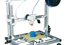 3D printing / 3D-printers zijn tegenwoordig meer en meer gemeengoed. Waar het 3D printen enkele jaren nog een futuristische technologie was, komt het nu steeds dichterbij, ook voor de gewone man. Het is nu mogelijk om eigenlijk alles thuis in eigen beheer te maken, de eigen fantasie is hierbij de limiet.